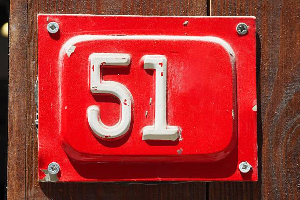 cincuenta y uno en el fondo de madera - numero 51 fotografías e imágenes de stock