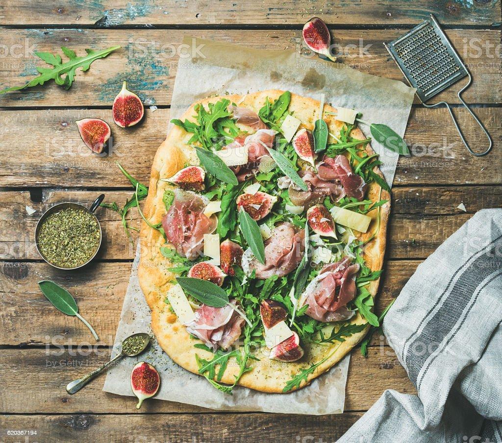 Fig, prosciutto, arugula, sage flatbread pizza with spices in mug foto de stock royalty-free