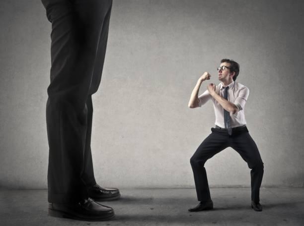 luchar contra alguien más grande - ironía fotografías e imágenes de stock