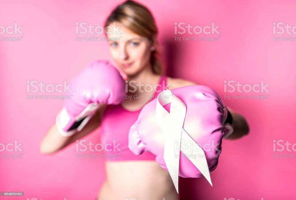 Kampf für Brustkrebs Frau auf rosa Hintergrund mit symbol – Foto