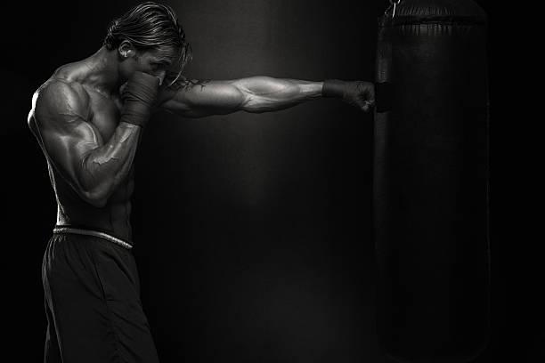 MMA Fighter practicar con bolsa de boxeo - foto de stock