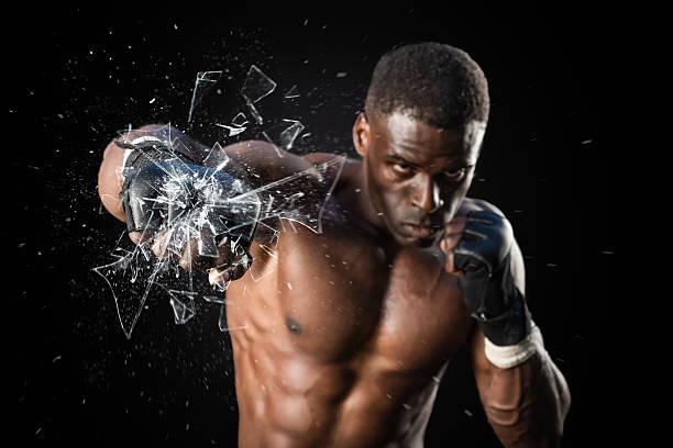 Luchador Puñetazo acercamiento pérdida de vidrio - foto de stock