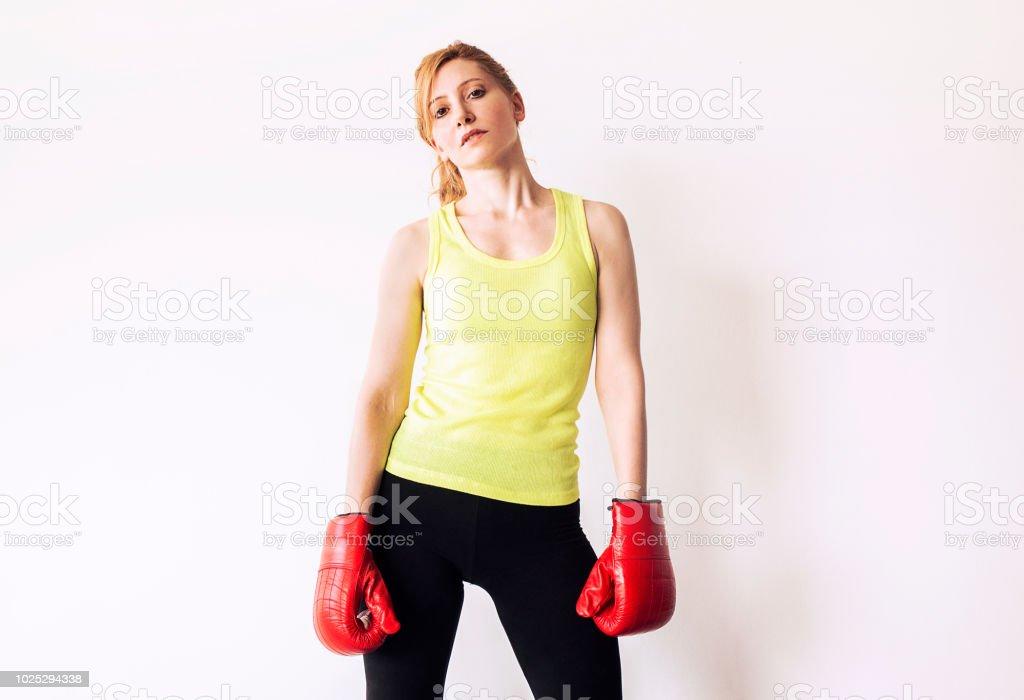 Mulher lutadora com luvas de boxe - foto de acervo