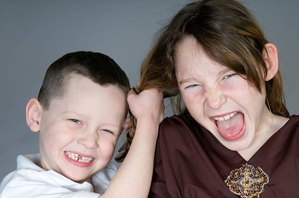 luta contra crianças - puxar cabelos imagens e fotografias de stock
