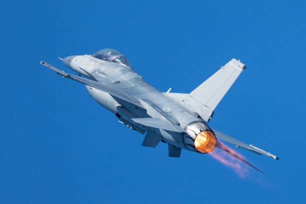 F-16 Fighting Falcon flying away, with afterburner on F-16 Fighting Falcon flying away, with afterburner on f 16 fighting falcon stock pictures, royalty-free photos & images