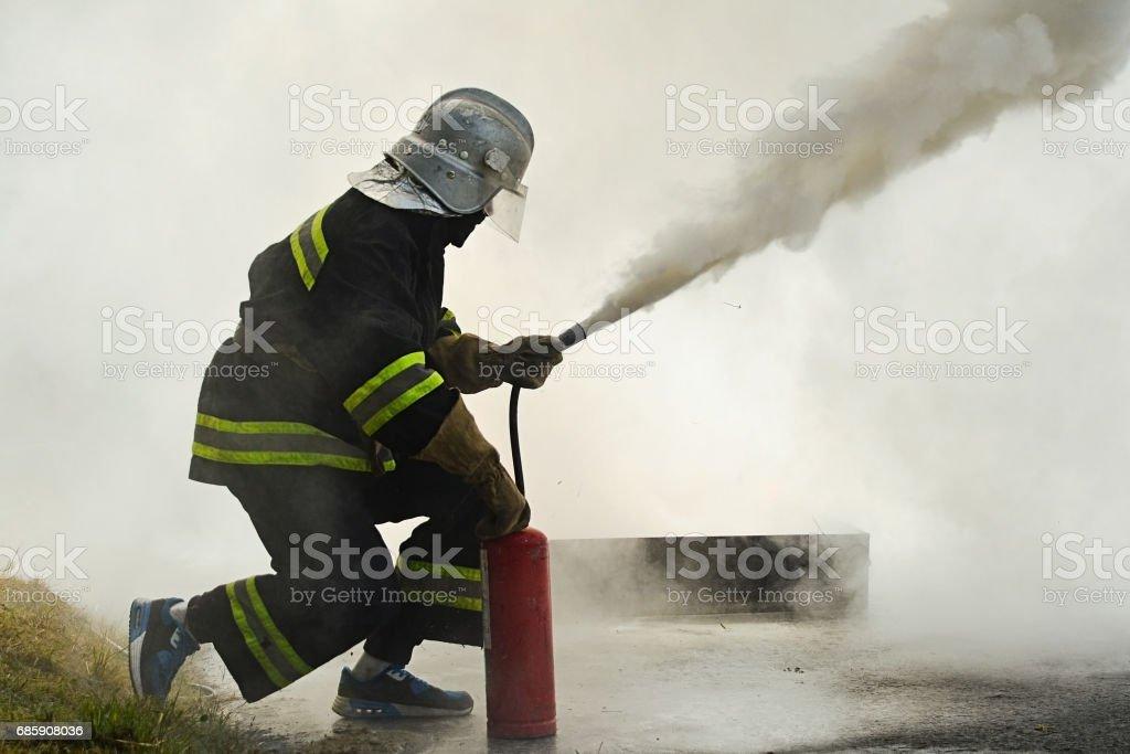 combater o fogo durante o treinamento - foto de acervo