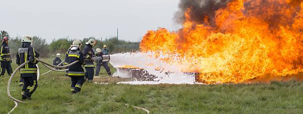 Apagar el fuego con un Extintor de espuma - foto de stock