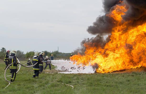 brandbekämpfung feuerlöscher mit schaumstoff - leitungswasser trinken stock-fotos und bilder