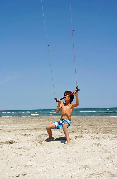 gegen den wind - kitesurfen lernen stock-fotos und bilder