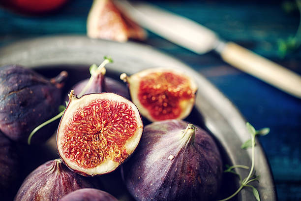 figs and sweet honey on wooden background - figue photos et images de collection