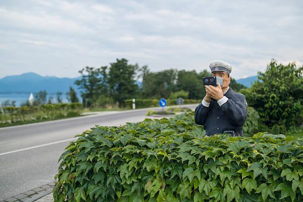 abbildung eines polizisten mit radar - geschwindigkeitskontrolle stock-fotos und bilder