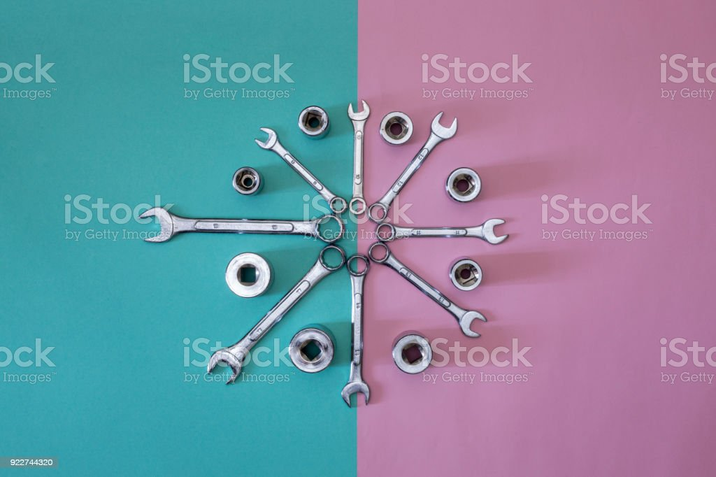 Figure of eight wrenches with heads on a colored background, top view. - foto stock