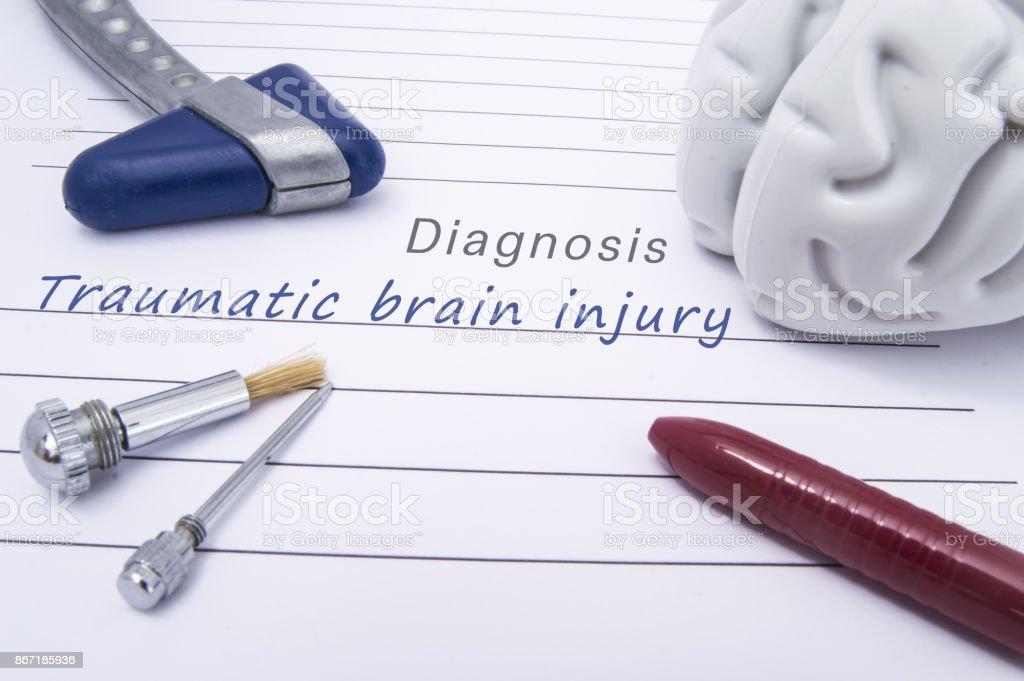 외상 성 뇌 손상의 의료 진단으로 인간의 두뇌, 블루 신경 반사 망치, 신경 바늘과 종이 폼에 테스트 및 볼펜 거짓말에 대 한 브러시의 그림 스톡 사진