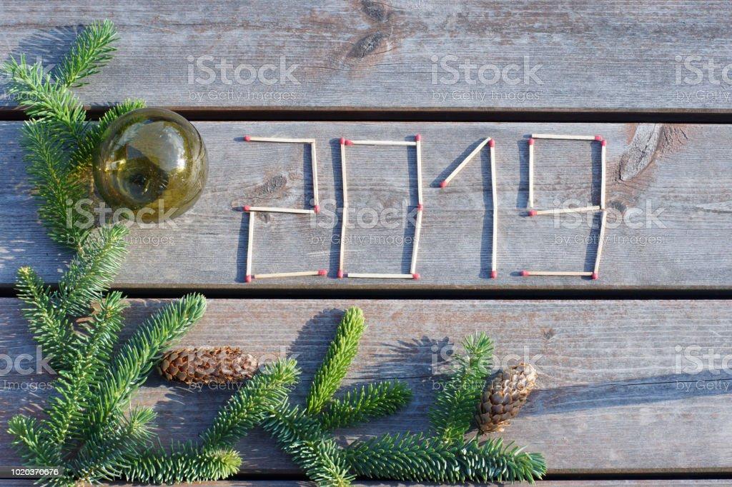 2019 chiffres composé de matches sur un fond en bois avec une branche d'épinette - Photo