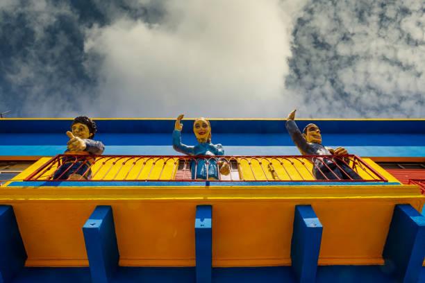 라 보카 지역의 카미니토 지역의 발코니에서 에바 페론, 디에고 마라도나, 후안 페론이 인사하는 인물 - maradona 뉴스 사진 이미지