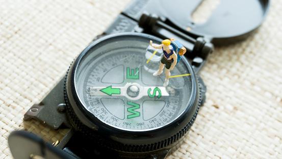 Beeldje Model Op De Kompas Navigatie Gids Stockfoto en meer beelden van Antiek - Ouderwets