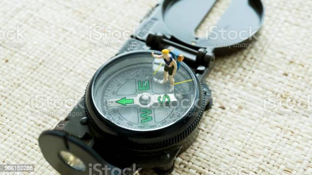 Figurmodell Auf Dem Kompass Navigationguide Stockfoto und mehr Bilder von Altertümlich