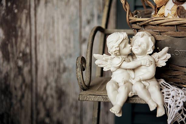 Estatuillas Ángeles tendido sobre un banco - foto de stock