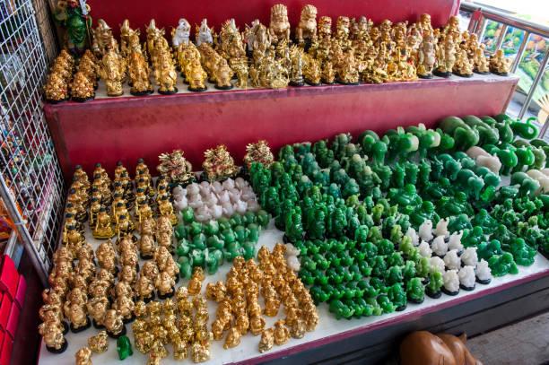 figuren des buddha zum verkauf in bangkok, thailand - buddha figuren kaufen stock-fotos und bilder