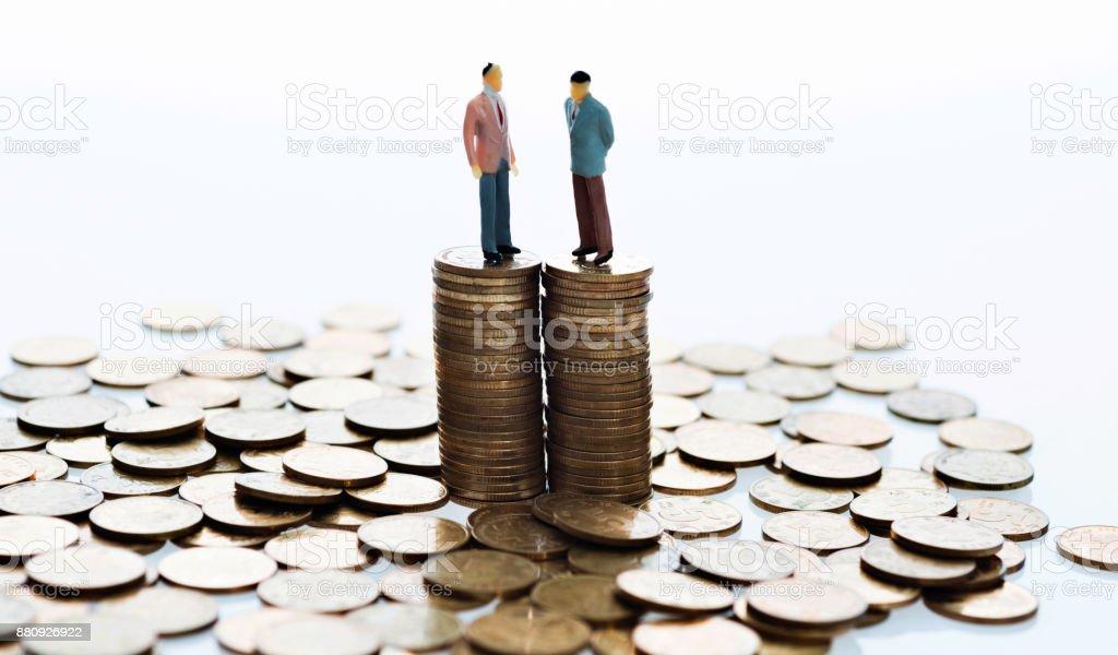 Figuren stehend auf Stapel von Münzen – Foto