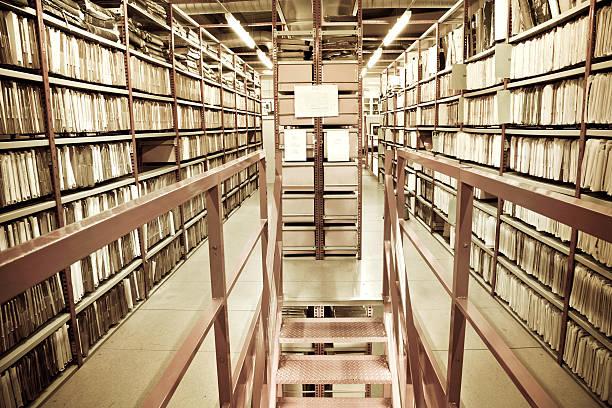 in archiv netzwerkordnern gespeichert sind - keller organisieren stock-fotos und bilder