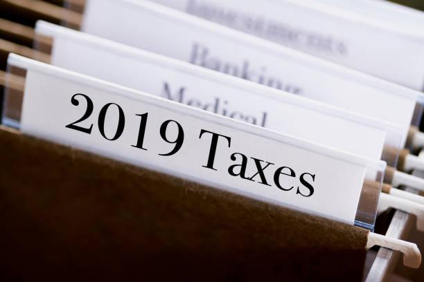 2019, 2018 TAXES: Akten und Ordner in Schreibtischschublade mit Etiketten und Registerkarten: Home Office Management – Foto