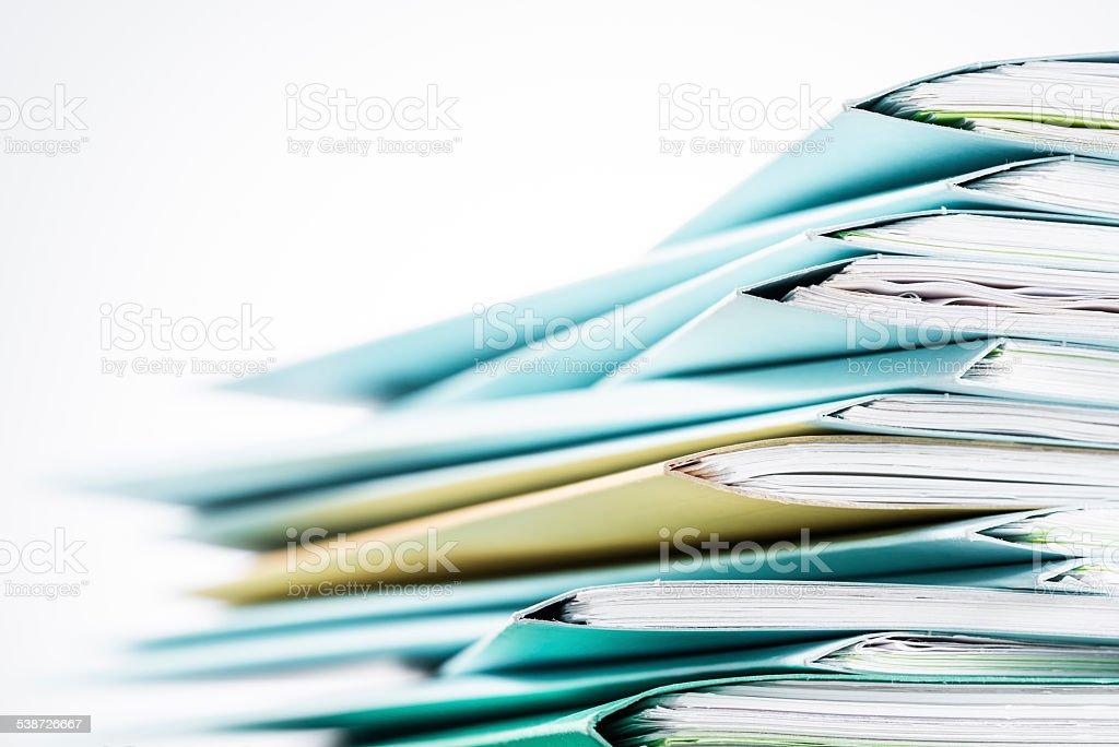 Los archivos. Periódico con una taza de café en blanco escritorio - foto de stock