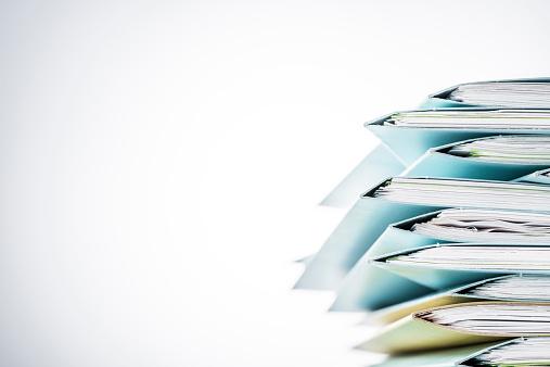 Dateien Zeitung Mit Einer Kaffeetasse Auf Leere Schreibtisch Stockfoto und mehr Bilder von 2015