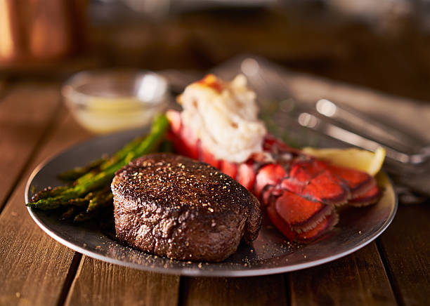filet mignon con cola de langosta bistec de surf and turf comida - foto de stock