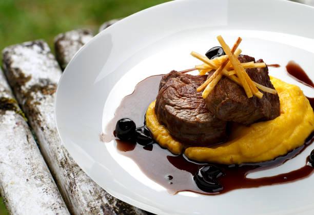 filet mignon mit rotweinsauce - weinsoße stock-fotos und bilder