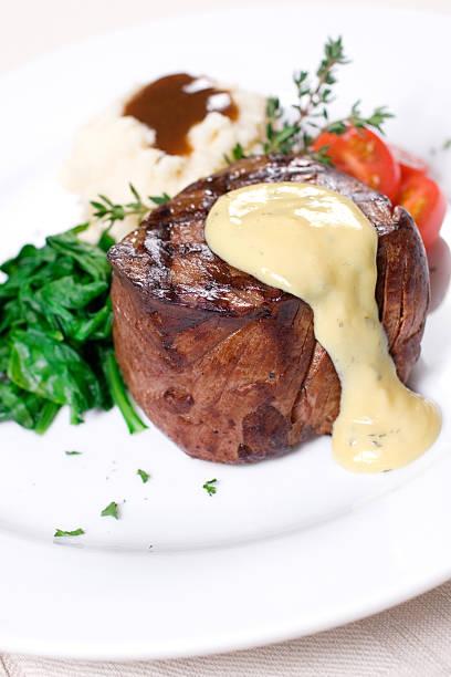 filet mignon mit sauce bearnaise - sauce bernaise stock-fotos und bilder
