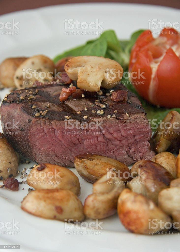 Filetsteak medium mit Champignons royalty-free stock photo