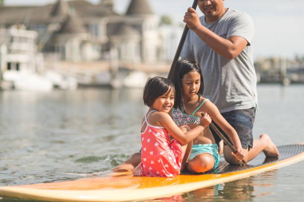 philippinische familie genießt einen tag am strand - kitesurfen lernen stock-fotos und bilder