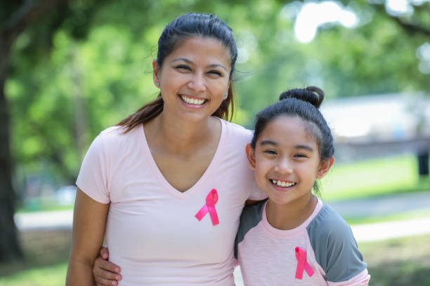 filipino anne ve kızı giyiyor meme kanseri bilinçlendirme şerit pembe - breast cancer awareness stok fotoğraflar ve resimler