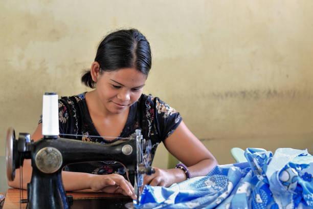 philippinische schneiderin mit einem vintage-modell der nähmaschine. sipalay-philippinen. 0400 - nähmaschinenschrank stock-fotos und bilder