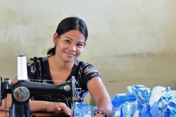 philippinische schneiderin mit einem vintage-modell der nähmaschine. sipalay-philippinen. 0401 - nähmaschinenschrank stock-fotos und bilder
