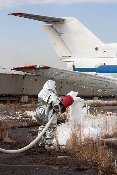 Fill the plane with fire-fighting foam after emergency landing – Foto