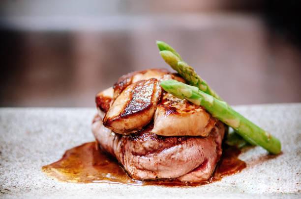 filet mignon de boeuf au foie gras et asperges de printemps - foie gras photos et images de collection
