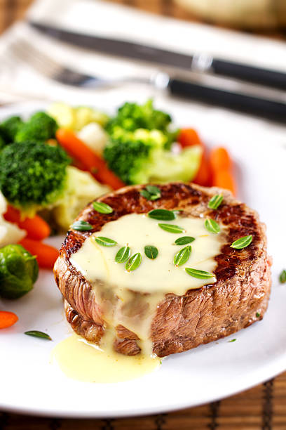 rinderfilet mit sauce bearnaise. - sauce bernaise stock-fotos und bilder