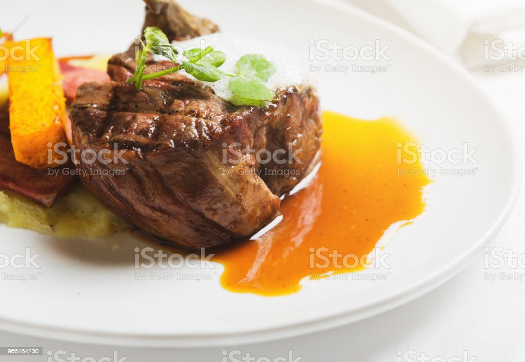 Biefstuk van de haas met luxe garnishes in restaurant - Royalty-free Biefstuk Stockfoto
