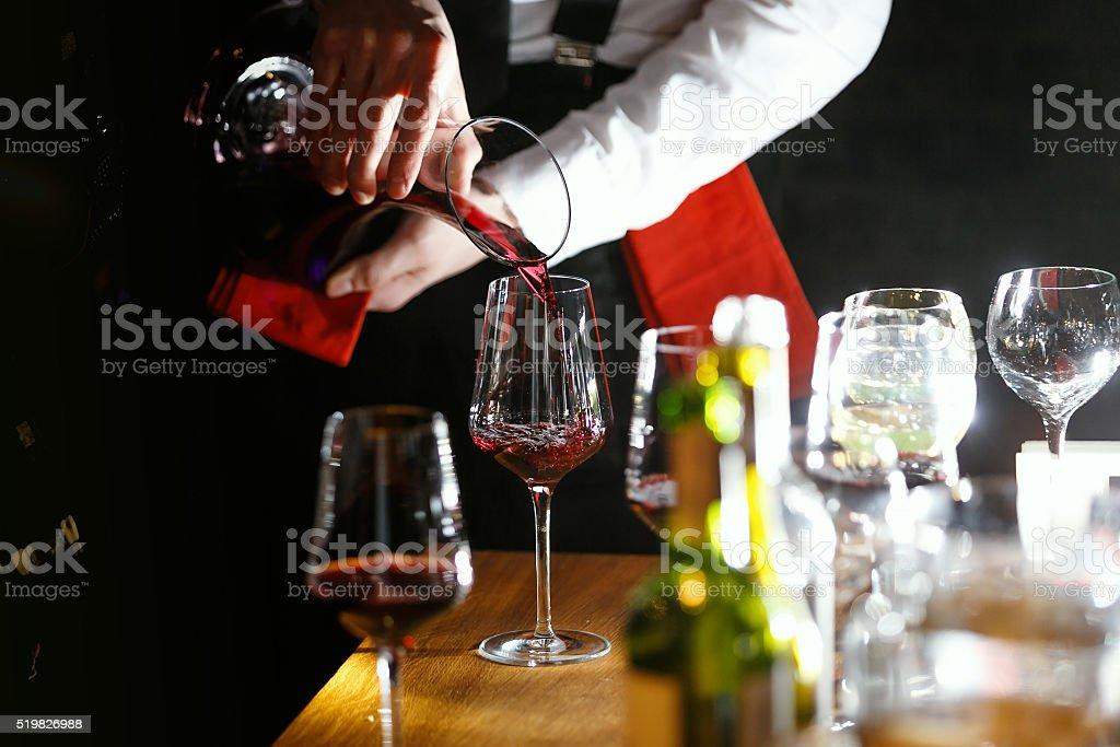 Füllen ein Glas Rotwein – Foto