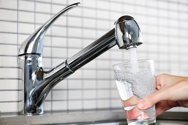 충전 유리 of tap water - 수돗물 뉴스 사진 이미지