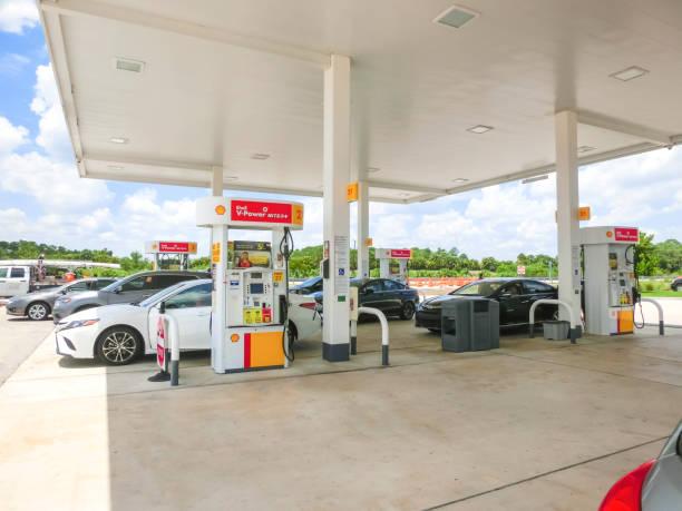 Orlando, USA - 8. Mai 2018: Füllung Düsen an einer Shell-Tankstelle – Foto