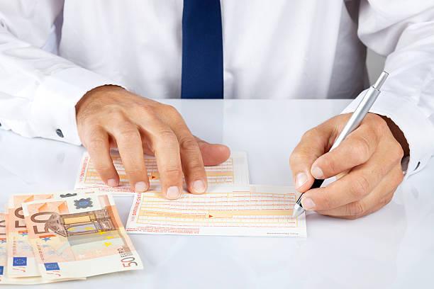 füllen sie die sepa/euro überweisung formular - bic kugelschreiber stock-fotos und bilder