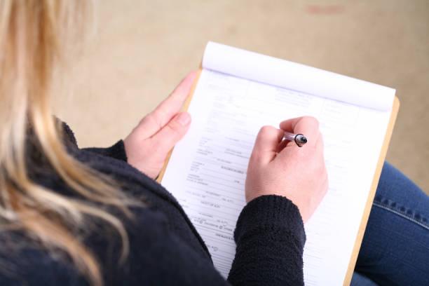 patienten-info-formular ausfüllen - formular ausfüllen stock-fotos und bilder
