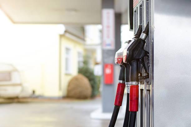 filling petroll in station. - dworzec zdjęcia i obrazy z banku zdjęć