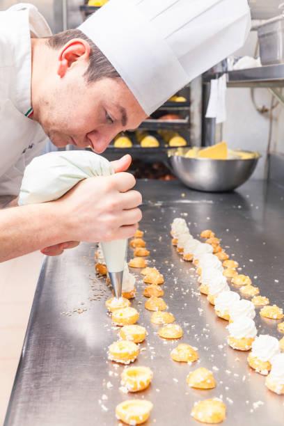 kleines gebäck füllen mit staubzucker tasche - italienische küchen dekor stock-fotos und bilder