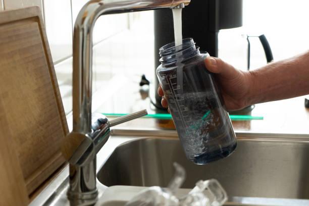 garrafa de água de esporte de enchimento - sports water bottle - fotografias e filmes do acervo