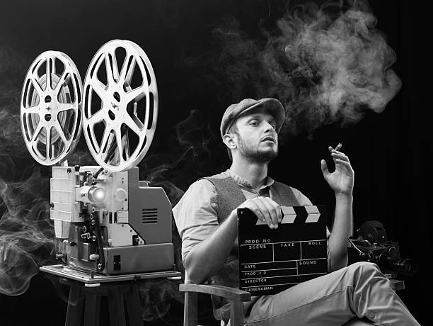 film director bei seinem film für die bearbeitung - klappe hut stock-fotos und bilder