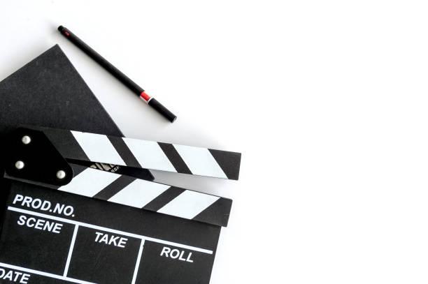 film des regisseurs schreibtisch mit soft-fokus und mehr licht im hintergrund. ansicht von oben geschossen - oscar filme stock-fotos und bilder